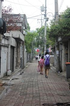 허름한 주택가를 걷는 자매  우리 동네 골목길 초입. 자매의 모습이 다정하다.