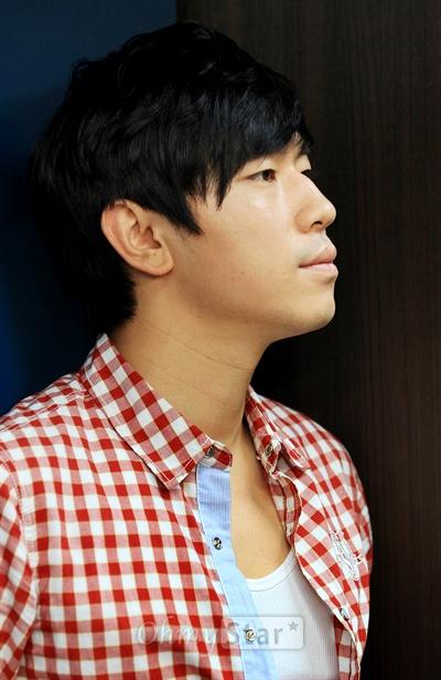 tvN드라마 <응답하라 1997>에서 방성재 역의 배우 이시언이 3일 오전 서울 상암동 오마이스타에서 인터뷰를 하기에 앞서 진지한 모습으로 포즈를 취하고 있다.