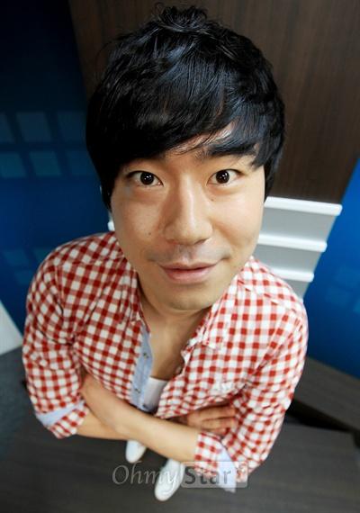 tvN드라마 <응답하라 1997>에서 방성재 역의 배우 이시언. 3일 오전 서울 상암동 오마이스타 사무실에서 코믹한 모습을 보여주고 있다.