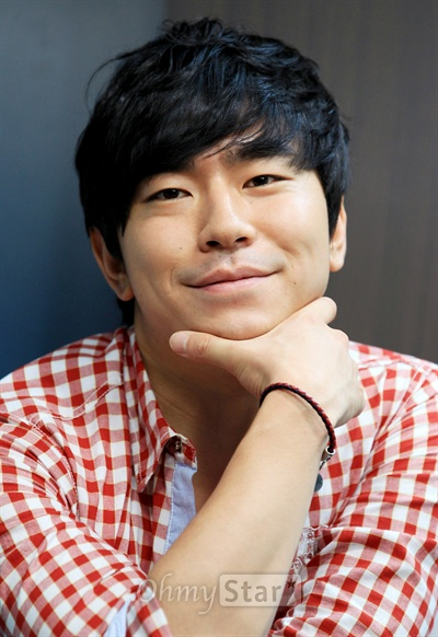 tvN드라마 <응답하라 1997>에서 방성재 역의 배우 이시언이 3일 오전 서울 상암동 오마이스타 사무실에서 인터뷰에 앞서 미소짓고 있다.