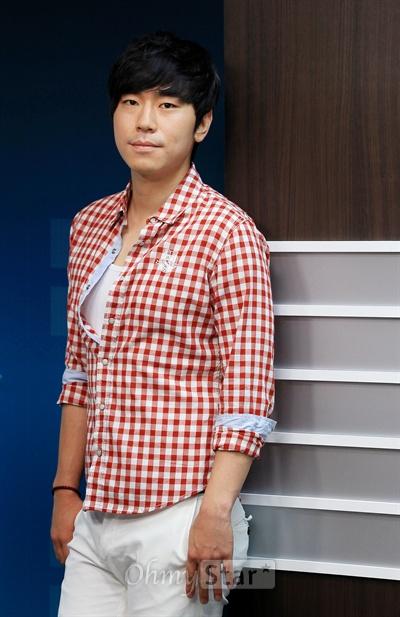 tvN드라마 <응답하라 1997>에서 방성재 역의 배우 이시언이 3일 오전 서울 상암동 오마이스타 사무실에서 인터뷰에 앞서 포즈를 취하고 있다.