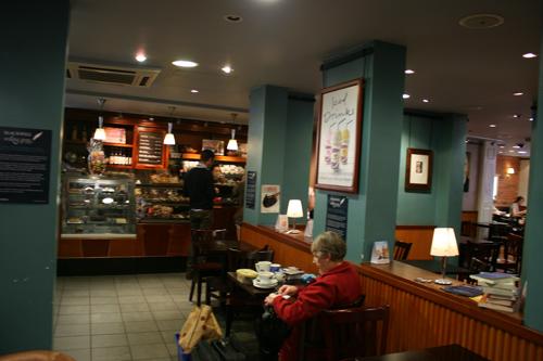 블랙웰 카페 수많은 책들에 묻혀 샌드위치와 커피를 먹고 마셨다.