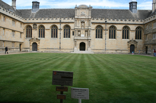 와드햄 대학 대학의 정방형 중정에는 잔디가 푸르렀다.