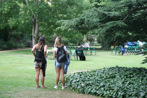 와드햄 대학의 정원 연극 연습이 한창인 학생들이 부럽기만 하다.