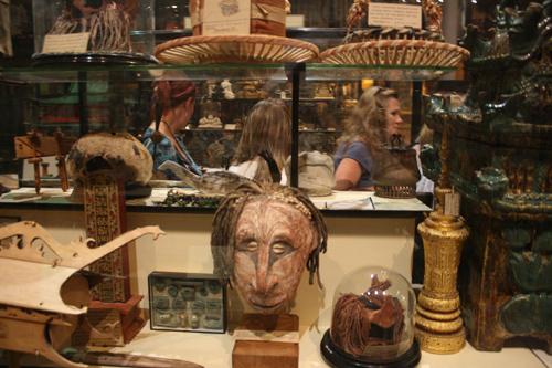 인류학 박물관 전시물 중에는 인간의 잘린 머리도 있다.
