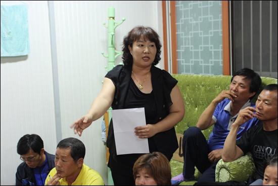 여수시 화장동 무선주공2차 비상대책위원장인 이은아씨가 주민들을 속인 시공업체에 항의하고 있다.