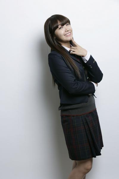 정은지는 2011년 걸 그룹 에이핑크로 데뷔했고, 올해에는 드라마 <응답하라 1997> 성시원 역을 통해 처음으로 연기에 입문했다. 부산에서 나고 자라 지난해부터 서울 생활을 시작한 정은지에게 부산을 배경으로 한 드라마는 잘 맞는 옷처럼 어울렸다.