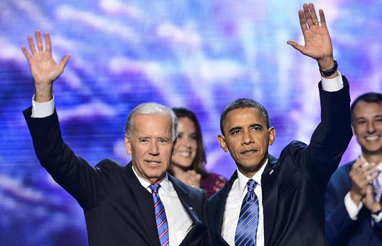 지난 6일(현지시각) 열린 미국 민주당 전당대회에서 버락 오바마 현 대통령과 조 바이든 부통령 후보자가 청중들에게 손을 흔들고 있다.