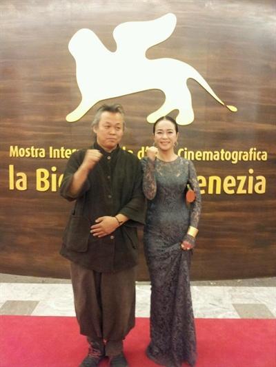 8일 오후 7시 제69회 베니스 국제영화제 폐막식 참여 직전의 김기덕 감독(좌)과 배우 조민수의 모습.
