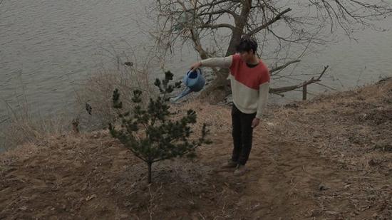 소나무에 물을 주는 강도(이정진 분)