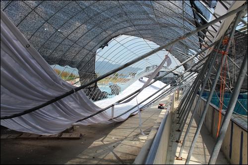 강풍에 무너져 내린 일부 시설을 쇠파이프가 힘겹게 버티고 있습니다.