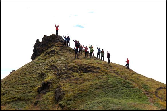 백두산(장백산)에서 제일 높은 '백운봉' 정상에 올라 일행들이 환호하는 모습이다.