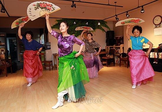 4일 오전 서울 강북구 수유마을시장 내 주민문화공간인 '다락방'에서 시장상인과 주민들이 전통 춤사위를 배우고 있다.
