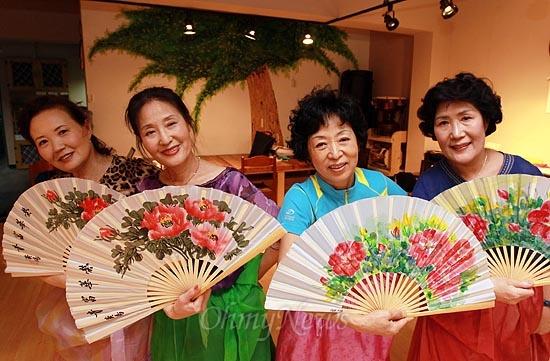 수유마을시장 상인들과 주민들은 '매화방' 전통춤 동아리 활동을 통해 일상의 스트레스를 풀며 활기찬 일상을 준비한다.