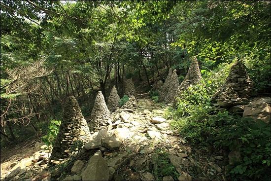 봉명산 숲길에 누군가 쌓은 돌탑. 서봉암에서 다솔사 가는 숲길은 평탄한 산길이어서 누구나 걷기 좋은 길이다.
