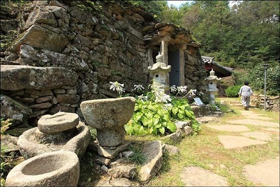 보안암 석굴은 뒷산의 경사면을 'ㄴ'자 모양으로 파낸 자리에 널돌을 차곡차곡 쌓아 만들었다.