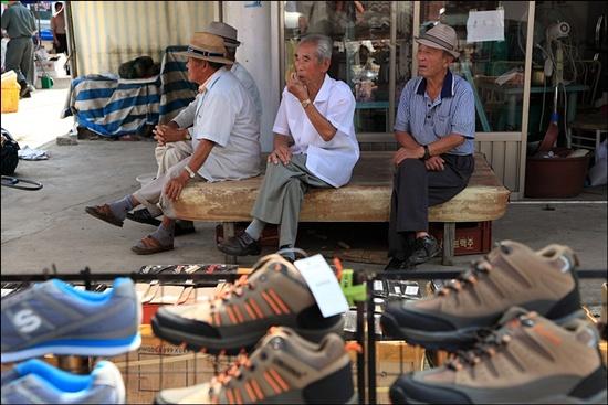 장 구경을 마친 할아버지들이 느긋하게 시장의 시간을 즐기고 있다.