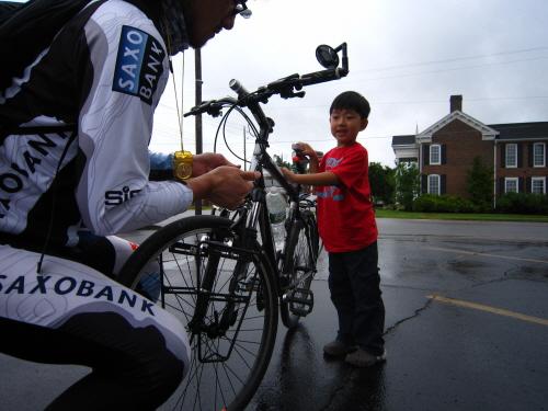 새로운 출발 조카 시온이가 자전거를 잡아 주는 사이에 나는 앞 바퀴를 연결한다.