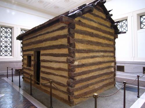링컨 메모리얼 빌딩 안에 전시된 통나무집 나중에 가짜로 밝혀졌지만, 여전히 사람들에게는 상징적인 의미로 남아있다.
