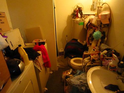 더블 엘 식료품점(Double L grocery) 식료품점에서는 여행자에게 샤워시설을 제공하는데, 보이는 그대로 매우 난잡했다. 수많은 잡동사니가 들어찬 화장실 겸 샤워실을 보면서 왜 돈을 안 받는지 이해가 되기도 했다.