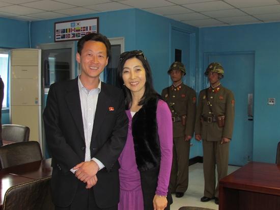 판문점 회의실 안에서. 이 회의실의 절반은 남한인데, 방현수 안내원과 나는 실질적으로 남한에 있는 것과 다름없다.