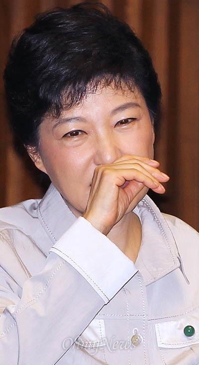 박근혜 새누리당 대선후보가 11일 국회 교육사회문화분야 대정부질문이 열린 본회의에 참석하고 있다.
