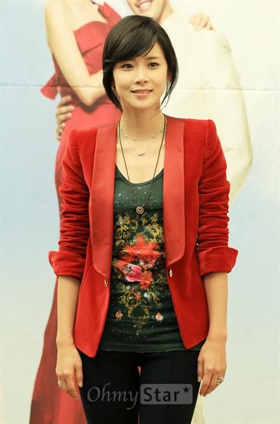 11일 오후 서울 반포동의 한 호텔에서 열린 KBS2TV주말드라마 <내 딸 서영이>제작발표회에서 이서영 역의 배우 이보영이 미소를 지으며 포즈를 취하고 있다.