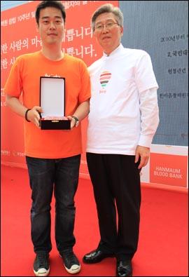 세계헌혈자의날 행사를 주최한 '한마음혈액원'으로부터 감사패를 받은 '1-5 디자인랩' 대표(나웅주)는 봄이 여동생의 남편이다.