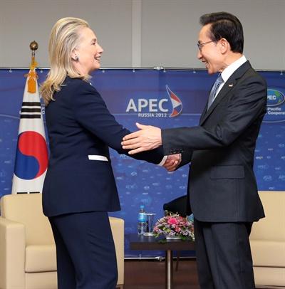 이 대통령, 클린턴 미 국무 접견 제20차 APEC 정상회의에 참석 중인 이명박 대통령이 9일 러시아 블라디보스토크 극동연방대학교 내 APEC특별회의장에서 힐러리 클린턴 미국 국무장관과 인사하고 있다.