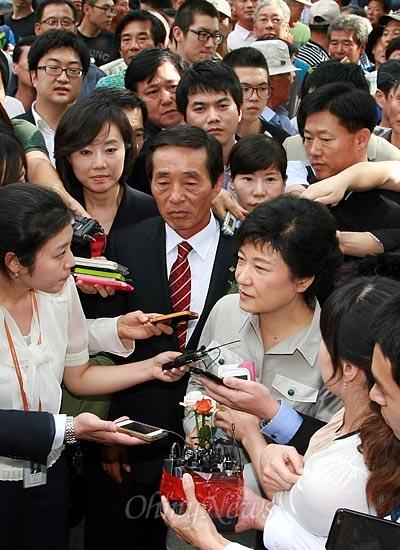 박근혜 새누리당 대선후보가 11일 오후 서울 잠실실내체육관에서 열린 제65회 전국농촌지도자대회에 참석한 뒤 취재진을 만나 '인혁당 사건'에 대한 질문에 답변하고 있다.