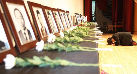 2009년 4월 9일 오후 서울 한국불교역사문화기념관에서 열린 '인혁당 민주열사 34주기 추모제'에서 한 참가자가 헌화를 마치고 큰 절을 하고 있다.