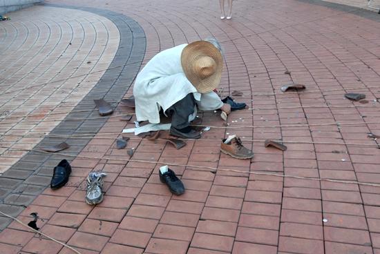 신발 독 안에 있다가 밖으로 나온 신발들. 신발은 과거와 현재, 미래를 연결하는 소통이다.