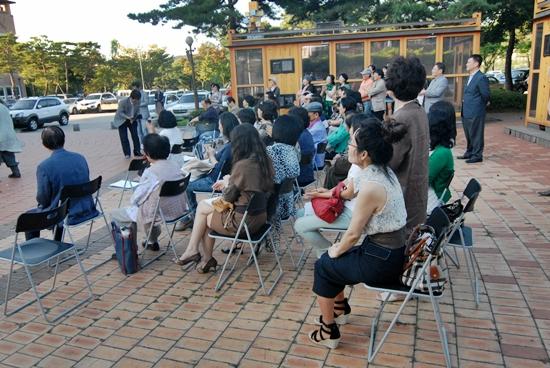 관람객 행위예술을 관람하고 있는 미술협회 회원들과 관람객들