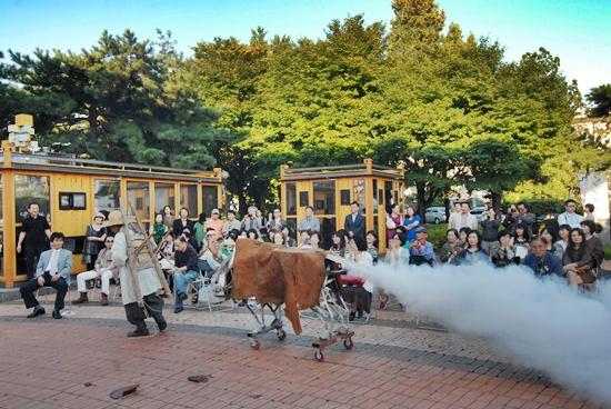 퇴장 흰 연기를 뿜는 소를 끌고 퇴장하는 행위예술가 김석환, 미래로 가는 길이다.