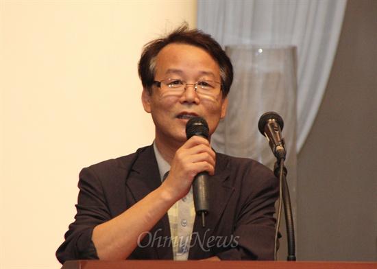 11일 '(가칭)함께 꿈꾸는 세상만들기 대전포럼 준비위원회'가 개최한 '2012대통령선거와 지역사회'라는 주제의 포럼에서 주제강연을 하고 있는 신명식 대전시민아카데미 상임대표.