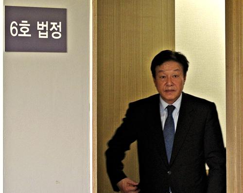 공직선거법 위반 혐의로 지난달 29일 재판에 넘겨진 김형태 국회의원이 11일 포항지원에서 열린 첫 공판을 마친 뒤 법정을 나서고 있다.