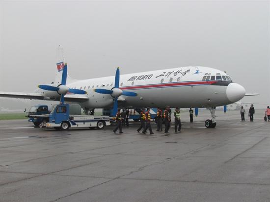 세계에 단 두 대밖에 없다는 옛 소련산 프로펠라 비행기. 비행 가능한 것은 이 비행기 한 대 뿐인데 우리는 이 비행기를 타고 백두산으로 향했다.