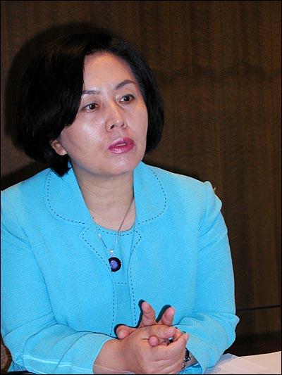 김영선 전 새누리당 의원이 12일 오전 프레스센터에서 열린 금융소비자연맹 회장 취임식에 앞서 열린 기자간담회에서 질문에 답하고 있다.