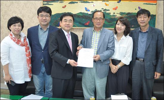 지난 10일 사퇴한 허성무 전 경남도 정무부지사가 12일 민주통합당 경남도당에서 복당하면서 입당 원서를 냈다.