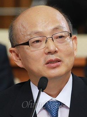 안창호 헌법재판관 후보자가 13일 오전 서울 여의도 국회에서 열린 인사청문회에 참석해 의원들의 질의에 답변하고 있다.