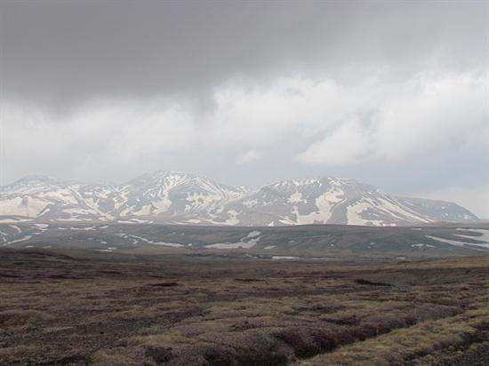 구름이 약간 걷히자 드디어 봉우리들이 드러난다.