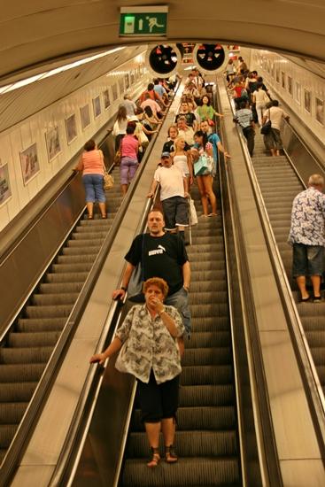 까마득한 지하철 에스컬레이터 급경사에 굉장한 스피드, 그리고 길이에 놀라다.