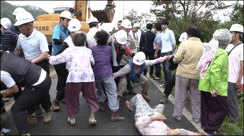 한전과 청도 주민들과의 충돌 공사를 강행하려는 한전과 위험천만한 송전탑 공사를 막아서려는 삼평리 주민들간의 충돌로 주민들의 부상이 속출했다