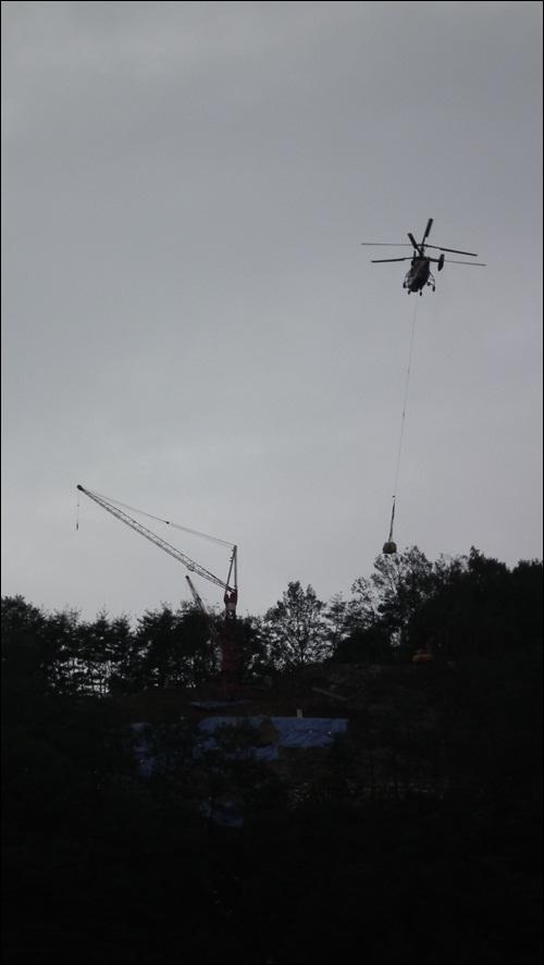 시도 때도 없이 날아드는 헬기소음에 마을주민들은 고통을 호소하고 있습니다.