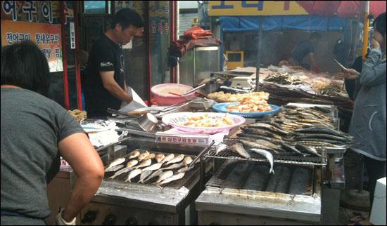 2012년 가을 소래포구는 전어 굽는 냄새가 시장을 가득 채웠다.
