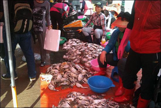 난전에서 꽃게를 팔고 있는 어민들