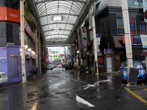 태화강 건너에 있는 중구 성남동 젊음의 거리. 울산 최고 번화가인 이곳에는 17일 오후 1시 현재 평소에 붐비던 인파가 보이지 않는다