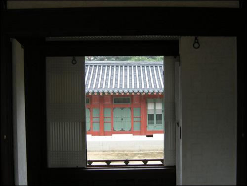 함녕전(咸寧殿) 방에서 본 덕수궁 바깥풍경