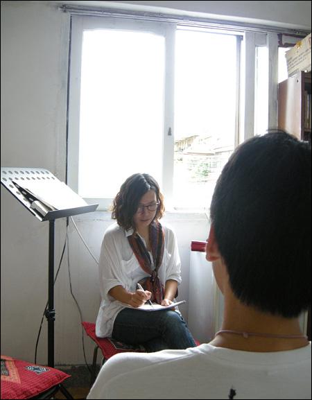 고등학생 민수는 엄마는 필리핀인이고 아빠는 한국인이다. 부모님의 이혼으로 현재 혼자 살고 있다.