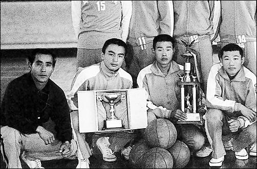 군산고등학교 체육교사 시절(1970년대) 전국대회에서 우승한 농구부와(맨 왼쪽이 최 회장)